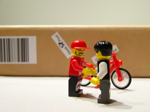 น่าร๊าก…แกะกล่อง iPad โดย Lego ตัวจิ๋ว