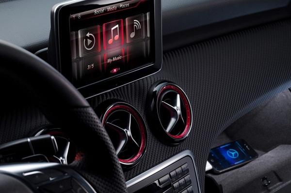 Mercedes-Benz ดึง iPhone 4S และ Siri เสริมแกร่ง