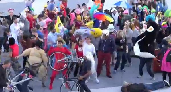 """พนักงาน Facebook ร่วมเต้น """"Harlem Shake"""""""