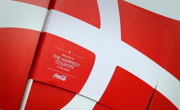 มุข CocaCola เดนมาร์ก หาธงชาติในโลโก้