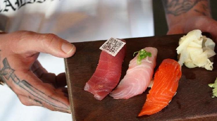 """ร้านอาหารอเมริกันติด """"QR Code กินได้"""" ลงในซูชิ-ซาซิมิ"""