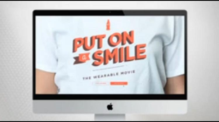 """โค้กชวนคนทั่วโลกร่วมยิ้มกับ""""ภาพยนตร์ที่สวมใส่ได้"""""""