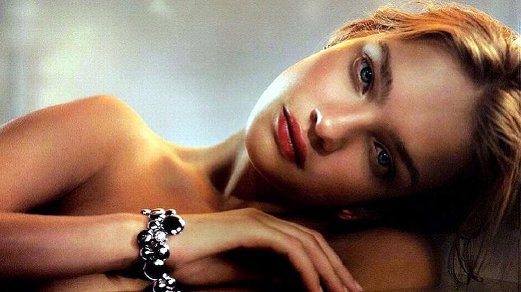 """Vogue ส่งวิดีโอสอนนักเรียนหญิงว่าภาพนางแบบสาวสวย""""ไม่ใช่เรื่องจริง"""""""