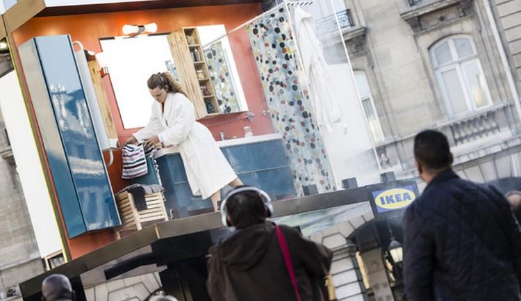 IKEA เอาคนไปใช้ชีวิตในบิลบอร์ดกลางแจ้ง โชว์ชุดเฟอร์นิเจอร์สำหรับพื้นที่เล็กๆ
