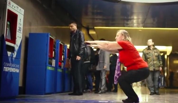 รัฐบาลรัสเซียโปรโมทมหกรรมโอลิมปิกด้วยตู้แจกตั๋วรถไฟฟรี แค่ออกกำลังต่อหน้าฝูงชน 15 วินาที