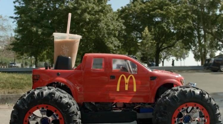 แมคฯ เอาใจลูกค้าดับร้อนด้วยรถบังคับเสิร์ฟเครื่องดื่มเย็นๆ ถึงที่!