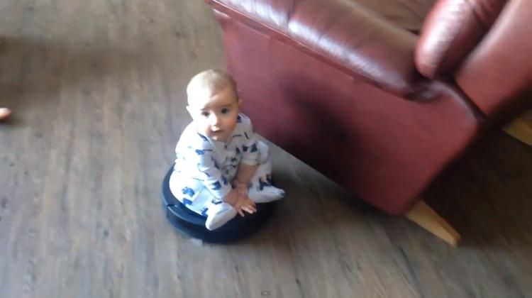 เด็กน้อยขี่หุ่นยนต์ดูดฝุ่น Roomba ฉลองปีใหม่!