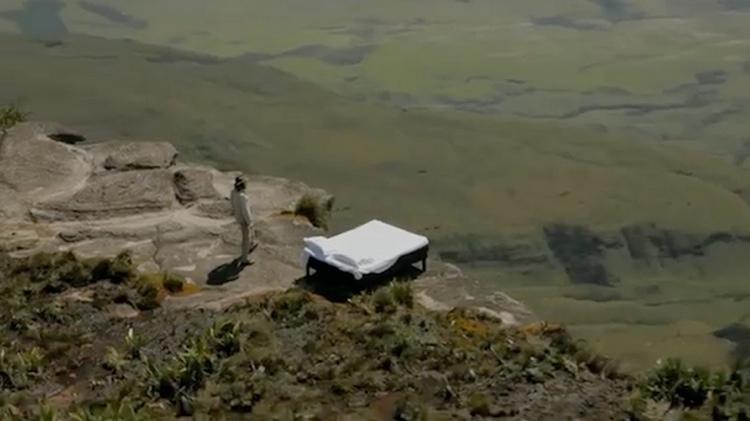 โรงแรม ibis กับภารกิจท้ามฤตยู ยกเตียงขึ้นภูเขาไปนอนริมหน้าผา พิสูจน์ความนุ่มไม่ธรรมดา!