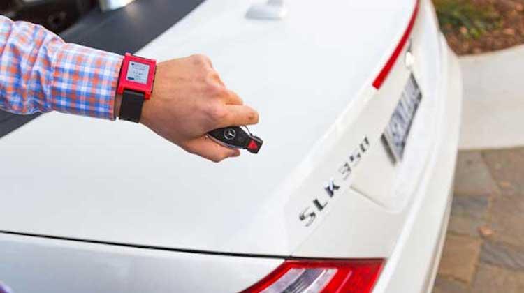 Mercedes-Benz ใช้นาฬิกาอัจฉริยะดูระดับน้ำมัน