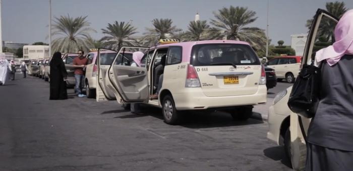 ใครจะไปคิดว่าที่อาหรับ แท็กซี่สีชมพูจะเป็นสื่อชวนสตรีตรวจมะเร็งเต้านมอย่างได้ผล!