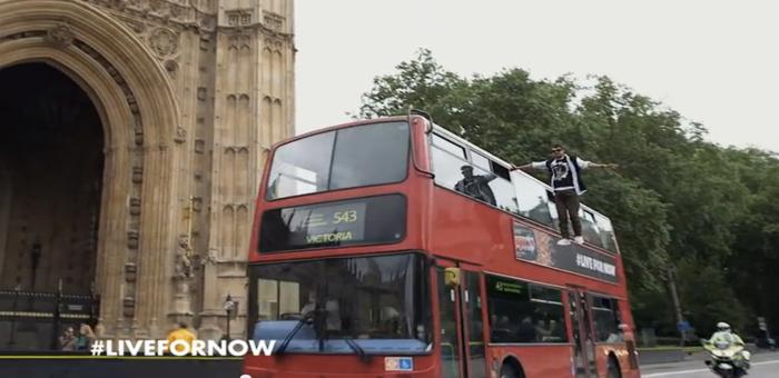 """เป๊ปซี่ แม็กซ์ ใช้นักมายากลเอามือข้างเดียวจับหลังคารถเมล์ร่อนรอบลอนดอน สนองชื่อแคมเปญ """"Unbelivable"""""""
