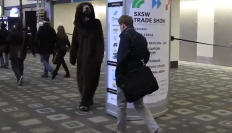 กอดนี้พี่หมีจัดให้! บริษัทอีเวนท์แก้เผ็ดพวกเอาแต่เดินจิ้มมือถือด้วยการส่งหมีไปกอด