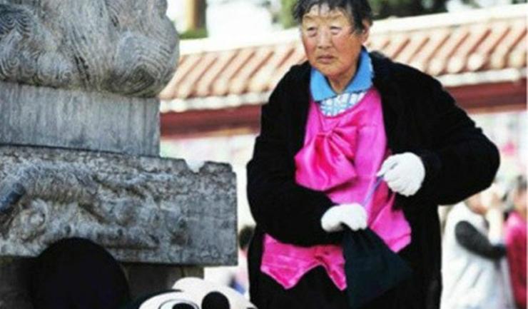 หลัง Mascot นั้นคือใคร? เด็กๆ อึ้งสวนสนุกจีนจ้างอาม๊าวัย 75 ใส่มาสคอทมาเล่นด้วย
