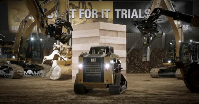 """Cat โชว์ความแกร่งของรถรถเครนด้วยการดวลเกม """"ตึกถล่ม"""" กับไม้ท่อนละสองร้อยกว่าโล!"""
