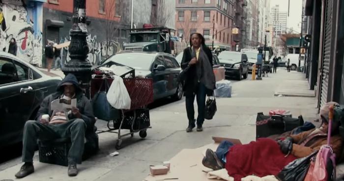 องค์กรการกุศลช่วยเหลือคนไร้บ้าน แกล้งเอาคนในครอบครัวไปนอนข้างถนนเสียเลย! ดูซิจะมีใครสังเกตเห็นไหม?