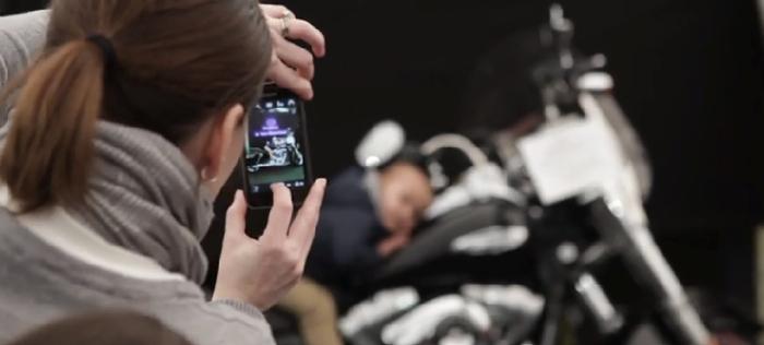 มอ'ไซฮาร์เลย์อย่างเก๋า! คิดโฆษณาที่เห็นเฉพาะหน้าจอมือถือ หลอกตาคนชอบ Selfie