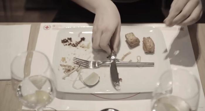 กาชาดคิดสัญลักษณ์ใหม่บนโต๊ะอาหาร เอาส้อมมีดวางเป็นรูปกากบาทแสดงเจตนาบริจาค!