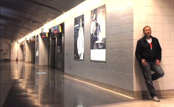ชายคนหนึ่งต้องติดอยู่ในสนามบินแบบค้างคืนได้สร้างสุดยอดมิวสิควีดีโอ
