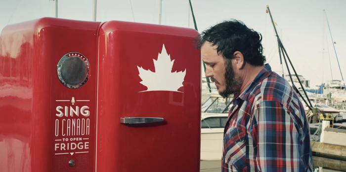 แบรนด์เบียร์เล่นง่าย ร้องเพลงชาติแคนนาดา หน้าตู้เย็น ร้องถูกร้องเพราะเอาเบียร์ไปจิบฟรี!