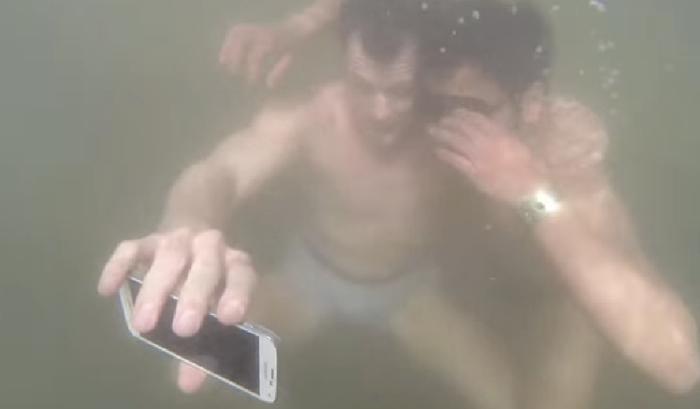 """ซัมซุงขายมือถือกันน้ำด้วยโจทย์ """"ใครกล้าโดดลงน้ำไป Selfie"""" ก็เอามือถือไปใช้ฟรี 1 เครื่อง"""