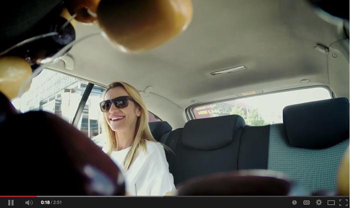เมื่อคนไม่ชอบดูละครเวที เลยจัดพี่แท็กซี่ตามไปเล่าเรื่องย่อให้ฟังถึงในรถซะเลย