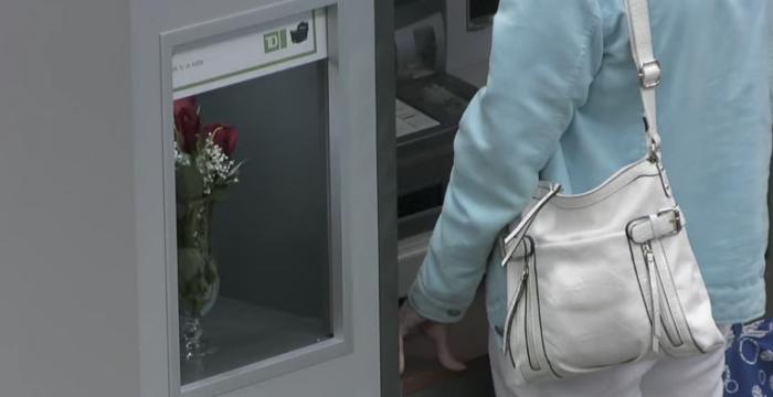 ธนาคารจัดกิจกรรมเจ๋งชวนลูกค้าช็อกไปหลายวิ! เมื่อเจอตู้ ATM ใจดีพูดได้แถมแจกของขวัญถูกใจอีกต่างหาก!