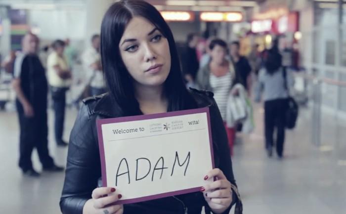 NGO ใช้ป้ายชื่อต้อนรับในสนามบินช่วยหาคนหายอย่างได้ผล