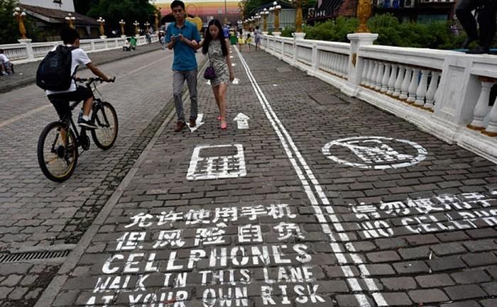 """""""ถนนสำหรับคนใช้มือถือ"""" เส้นแรกของโลก!! เมืองจีนทำแล้วจ้า"""