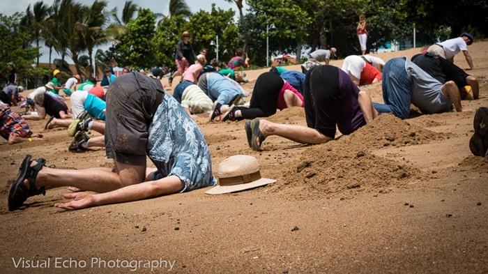 """เทรนด์ใหม่…ออสซี่ต่อต้านรัฐบาลด้วยไวรัล""""หัวมุดทราย"""""""