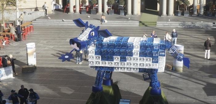 แบรนด์ผลิตภัณฑ์จากนมทำเก๋! สร้างแม่วัวจากลังนมอินเทรนด์รักษ์สิ่งแวดล้อม