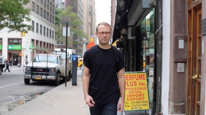 """คลิปล้อเลียนมีประเด็น """"เกิดอะไรขึ้นเมื่อชายหนุ่มเดินกลางเมืองนิวยอร์ก 10 ชั่วโมง"""""""
