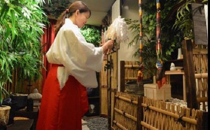 ญี่ปุ่นผุดคาเฟ่สไตล์ศาลเจ้าชินโต-ปรึกษาปัญหาชีวิตพร้อมจิบชาละมุนไปพลาง