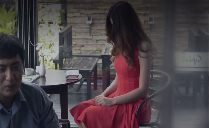 รับฮาโลวีน! สาวชุดแดงเล่นแรง แกล้งแฟนว่าถูกผีเข้าในร้านอาหาร