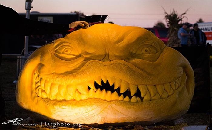 ชมผลงานศิลปินแกะสลักชื่อดัง สร้างสรรค์ 'ฟักทอง' ให้เป็นปีศาจฮาโลวีนสุดสยอง!