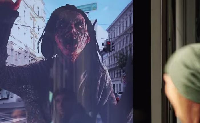 ป้ายบิลบอร์ดซอมบี้ เขย่าขวัญกลางป้ายรถเมล์!!!