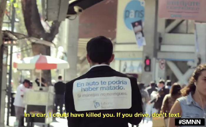 บริษัทประกันเล่นง่ายใช้มุขเดินชนคนแปลกหน้าเหลียวหลังมาก็ได้เห็นป้ายโฆษณาฟรีๆ