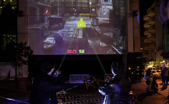 Warner Brothers โปรโมทซีรีส์แอคชั่นด้วยบิลบอร์ดยักษ์เล่นเกมอินเตอร์แอคทีฟด้วยลำแสง