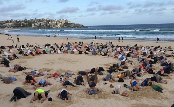 """เอาอีกแล้ว! ชาวออสซี่รวมตัวกัน """"ปักหัวทิ่มทราย"""" ประท้วงปัญหาสภาวะอากาศเปลียนแปลง"""