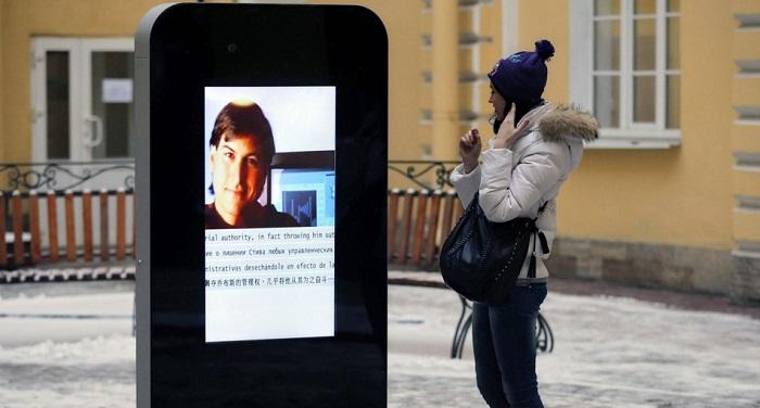 """อนุสาวรีย์ iPhone ในรัสเซียถูกโค่นเพราะขัดกับกฏหมาย """"ห้ามให้ข้อมูลเกี่ยวกับรักร่วมเพศ"""""""
