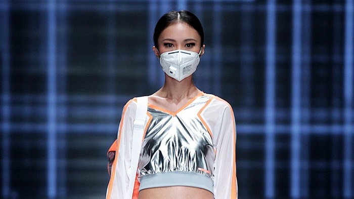 """แบรนด์เสื้อปักกิ่งเจ๋ง-จัดแฟชั่น""""หน้ากากอ็อกซิเจน""""ประชดมลพิษเยอะจัด"""