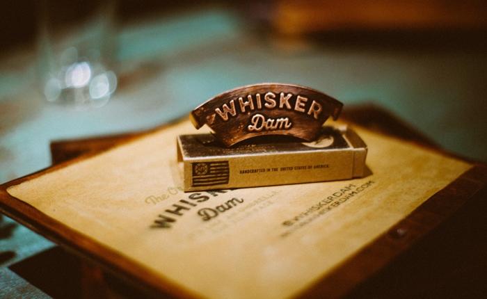 """""""Whisket Dam"""" สิ่งประดิษฐ์ที่ช่วยให้หนุ่มๆ กินเบียร์ได้ โดยหนวดไม่เปื้อน"""