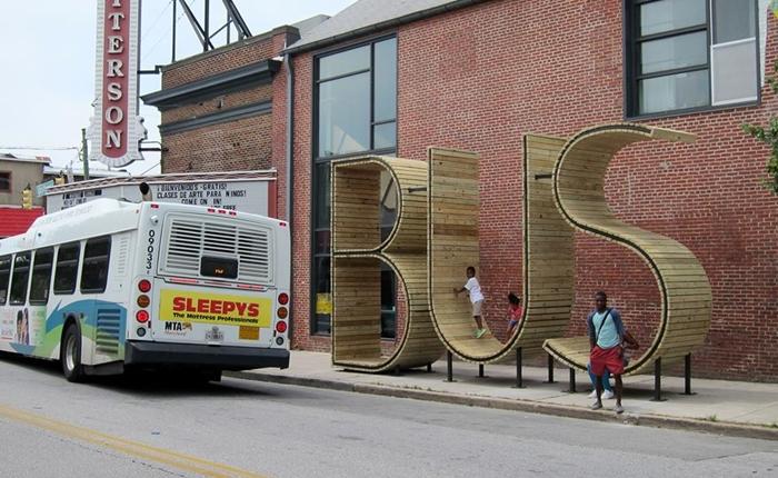 """Bus"" ป้ายรถเมล์ยักษ์ กลางบัลติมอร์ ไม่จอดเลยป้ายชัวร์!"