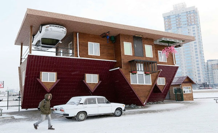 """สุดพิลึก! """"บ้านกลับหัว"""" ที่รัสเซีย นักท่องเที่ยวแห่เยี่ยมชมแน่น"""