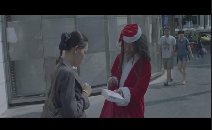 """เมื่อ """"ลุงอำนวย"""" คนไร้บ้าน เน็ตไอดอลมารับหน้าที่เป็น """"ซานตาคลอส ที่จนที่สุดในโลก"""""""
