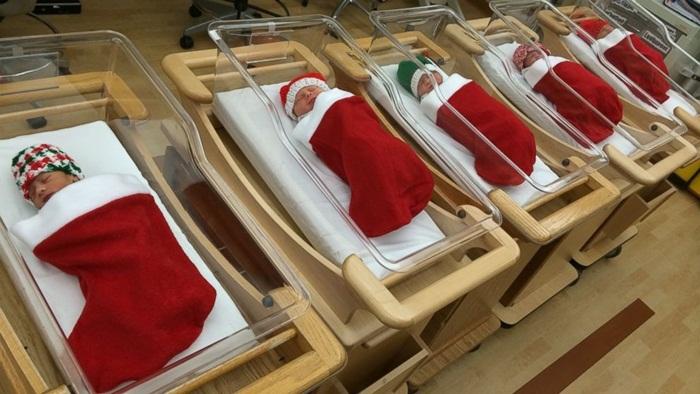 โรงพยาบาลหัวใสนำทารกใส่ผ้าห่อทรงถุงเท้าเป็นของขวัญที่ดีที่สุดช่วงคริสต์มาส