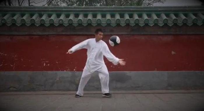 ไทชิ-บาสเก็ตบอล? เมื่อศิลปะป้องกันตัวจีนผสมผสานกับกีฬาสุดฮิพจากตะวันตก