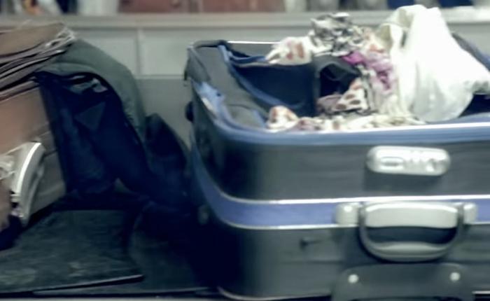 บริษัทประกันทำลูกค้าสยองส่งกระเป๋าสุดเยินผ่านสายพานเพื่อโปรโมทบริการประกันการเดินทาง