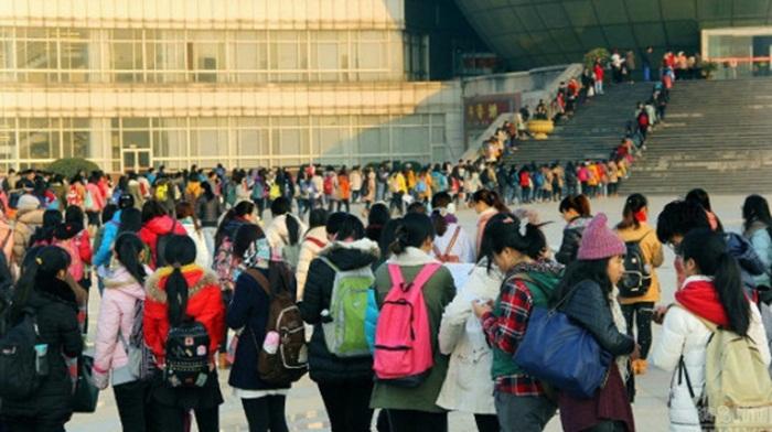 เชื่อไหมครับคุณ! นักศึกษาจีนเรือนพันต่อแถวยาวเหยียดรอเข้าห้องสมุด