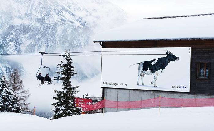 Swissmilk แบรนด์นม จากสวิสเซอร์แลนด์ ใช้บิลบอร์ดโชว์พลังกลางลานสกี