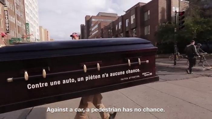 สตันท์! เมื่อคุณต้องเดินข้ามถนนร่วมกับโลงศพเดินได้ จะน่าสะพรึงแค่ไหน!